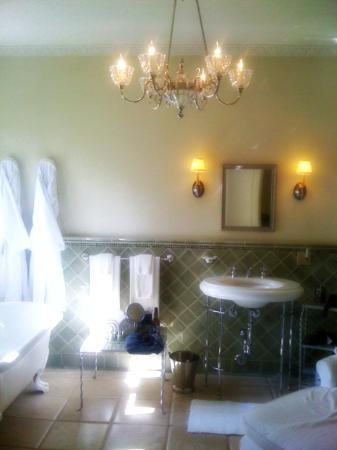 The Willows : Beautiful bathroom in the Marion Davies bathroom
