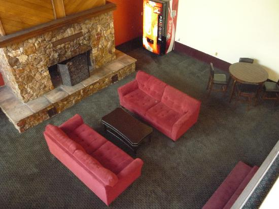 Days Hotel Flagstaff: Sitting area with fireplace