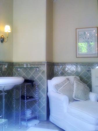 The Willows: Chaise lounge in the Marion Davies bathroom