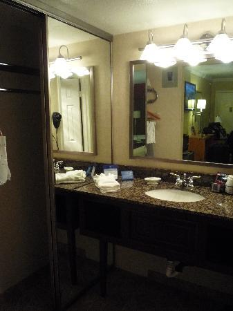 BEST WESTERN InnSuites Phoenix Hotel & Suites: Bathroom vanity/closet area