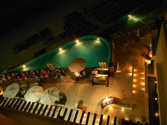 Sun Palace: Pool side BBQ every nite.