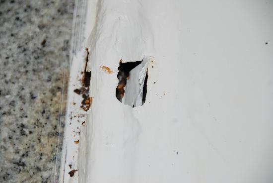 ClubHotel Riu Vistamar: Rusted bath with hole