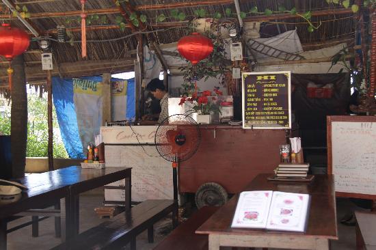Hi Restaurant: Friendly table