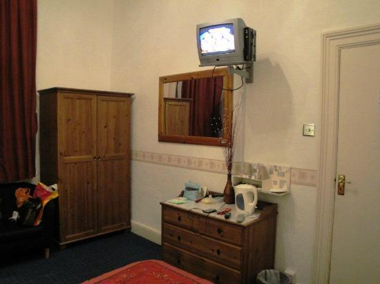 Anabelle's Guest House: See that old style TV, it was replaced by a LCD TV the next day!