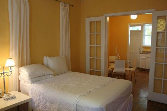 Villa Paradiso: The bedroom and dinning/kitchen in the back. It's the 2 beds room. you can't see the other bed h