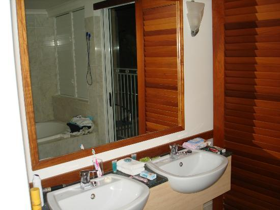 Alassio Palm Cove: bathroom