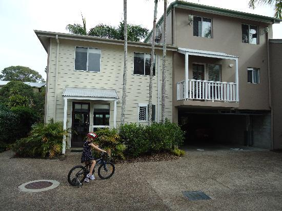 Sandy Beach Resort Noosa: Sandy Beach is a series of town houses; these (unit 8 & 9) face the pools