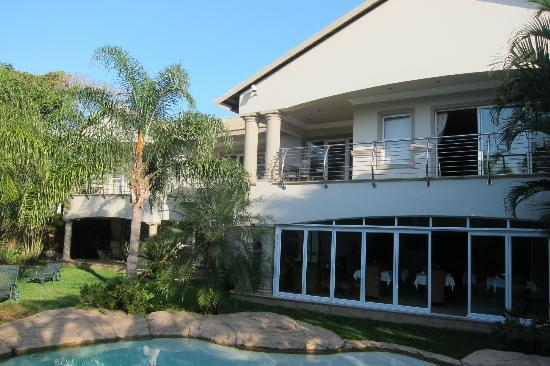 uShaka Manor Guest House: Garden with pool and playground and tortoises