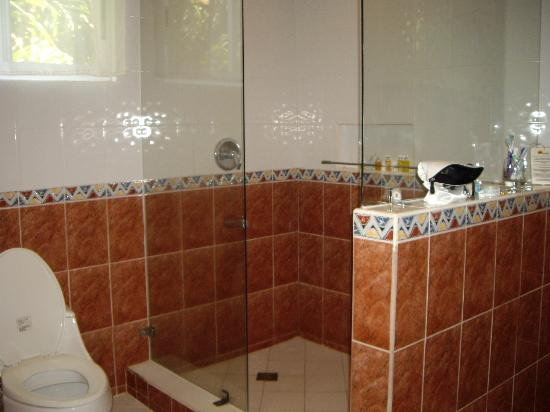 Pinjalo Resort Villas: Huge bathroom