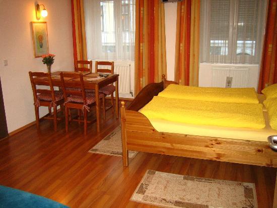 Pension VITIS : Notre chambre avec table et canapé