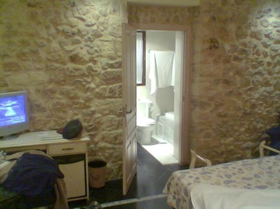 Hotel Palacio de la Vinona: Habitación y baño
