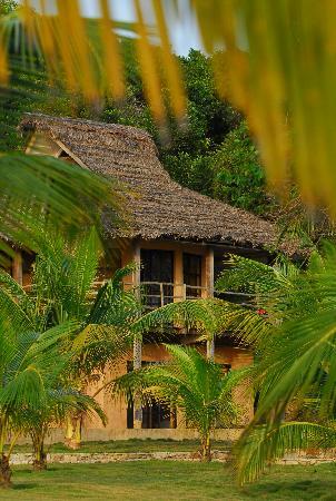 Lou Moon Lodge: Bay beach building