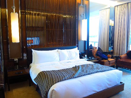 The Fullerton Bay Hotel Singapore : Nice bed