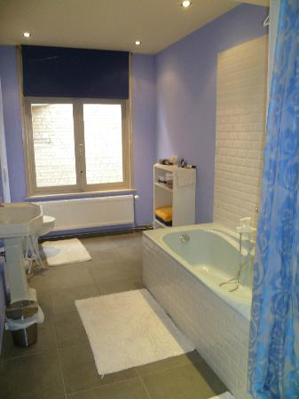 Maison de la Rose: Bathroom for Yellow Room