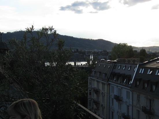 Lady's First Design Hotel: Blick von der Terrasse auf See und Uetliberg