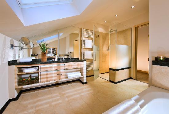 Berghotel Rehlegg: Badezimmer der Suite Alpenmohn mit Kamin