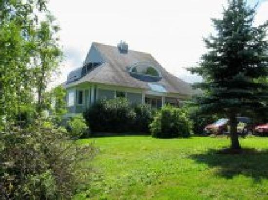 Antigonish Harbour Pat's B and B : Side view of the house
