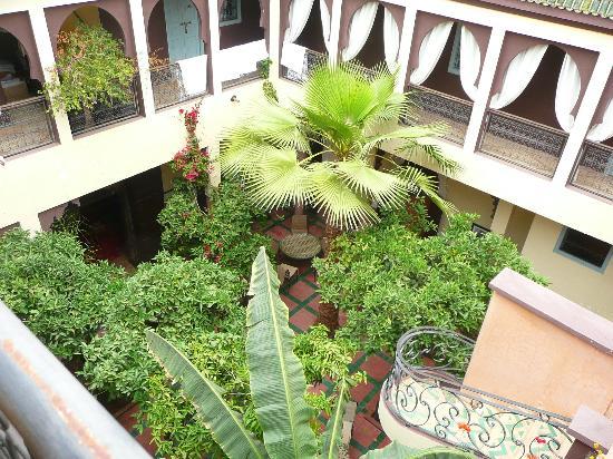 Riad Dar Nejma: vue partielle du patio depuis la terrasse
