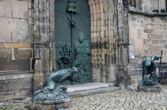 """Johanniskirche Magdeburg: Plastiken """"Krieg"""" und """"Frieden"""""""