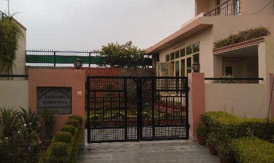 Garden Villa Homestay : Front gate