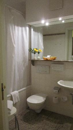 Hotel Artushof: very clean toilet with a bathtub