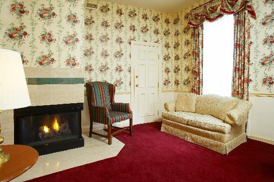 DeSoto House Hotel: Parlor Suite