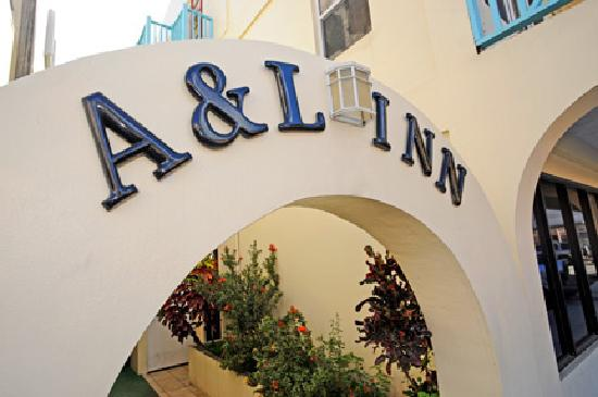 A&L Inn: Entrance to Hotel