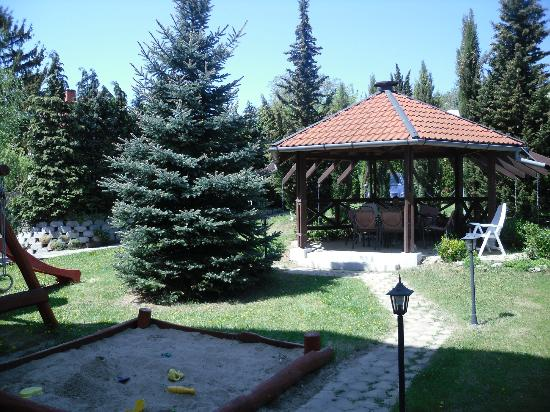Hotel Pension Helios: Part of the beautiful garden