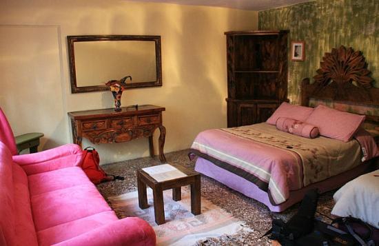 casa mexicana guanajuato pink room