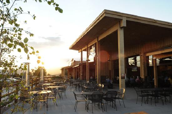 8 Mile Bar & Grill: Gorgeous mountain views from our patio