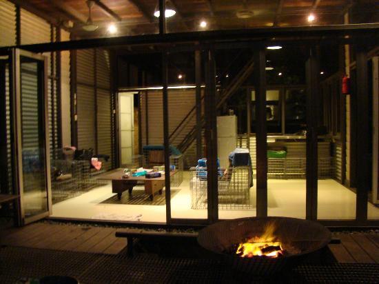 Sekeping Serendah Retreat: living room at night