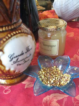 Chez Eric et Sylvie: Local Pollen served at Breakfast