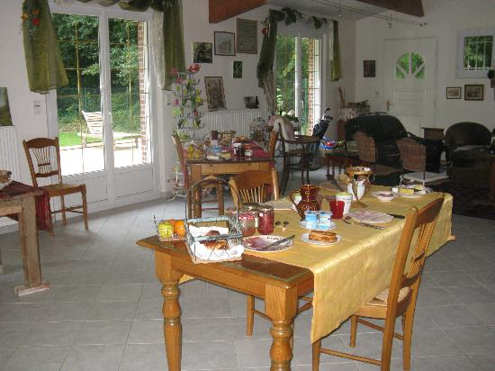 Chez Eric et Sylvie: The breakfast area and living room