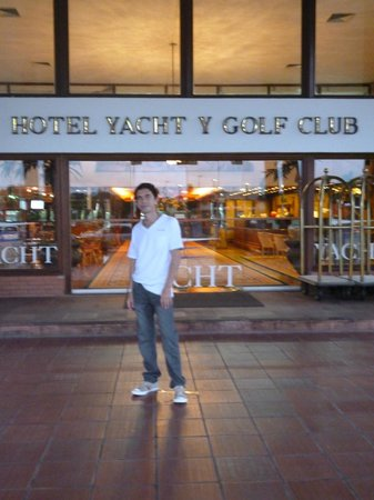 Sabe Center Hotel: en frente de la recepcion de yacht