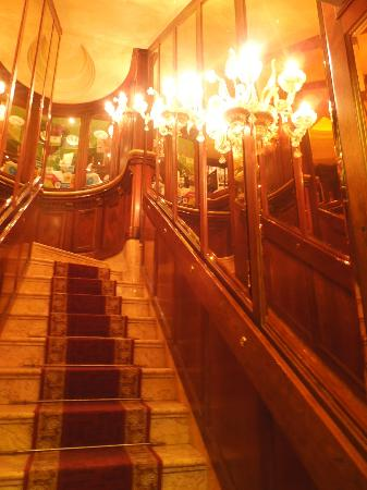 Hotel Lux: Entry with stairs
