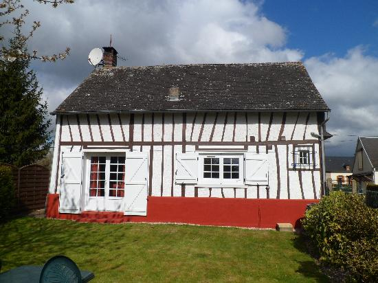 Poix-de-Picardie, Francia: The back of the cottage from the garden