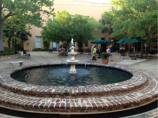 Lodge Alley Inn: Beautiful courtyard.