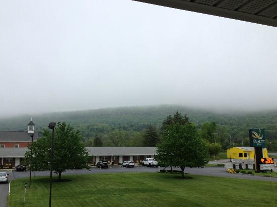 Quality Inn Breeze Manor: AM Clouds rolling down the Blue Ridge Mountains