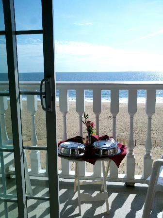 Boardwalk Plaza Hotel: Breakfast on our balcony!