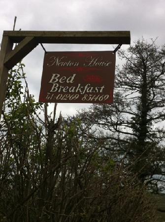 Newton House Bed & Breakfast: sign outside