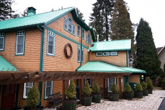 Lake Pointe Inn : The outside of the Inn.