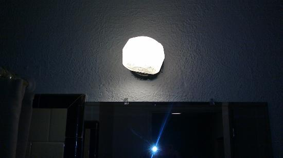 Passport Inn and Suites Rio Grande: Light in Bathroom (receptacle on light did not work)