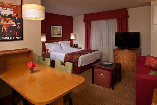Residence Inn Tysons Corner Mall: Unwind in a clean and comfortable Studio Queen Suite, complete with luxury bedding.