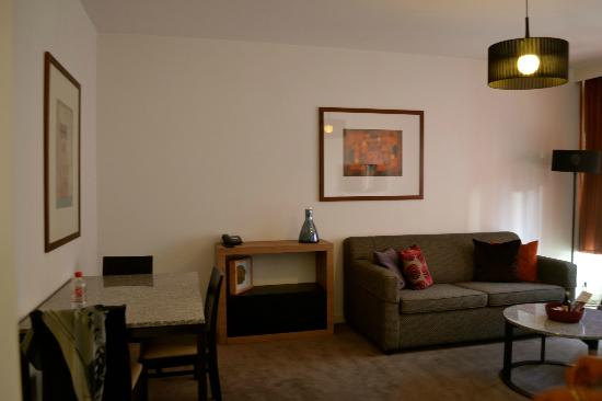 Adina Apartment Hotel Budapest: Living room and dining area