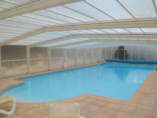 Vitrac, France: piscine couverte de l'hôtel