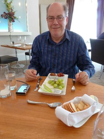 DCH Restaurant: Local cheeses, chuney, biscuits & fruit