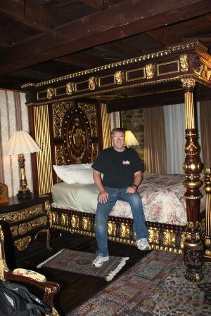 بيريه دو كالفيت: Canopy bed in our room