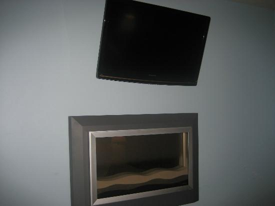 Hotel 1110: TV and Fireplace