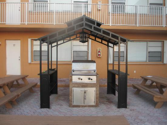 Riptide Hotel: BBQ area right in front of your room