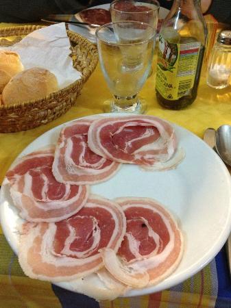 Trattoria Toscana ai Lampioni : La pancetta arrotolata, il salame rustico ed il terribile olio